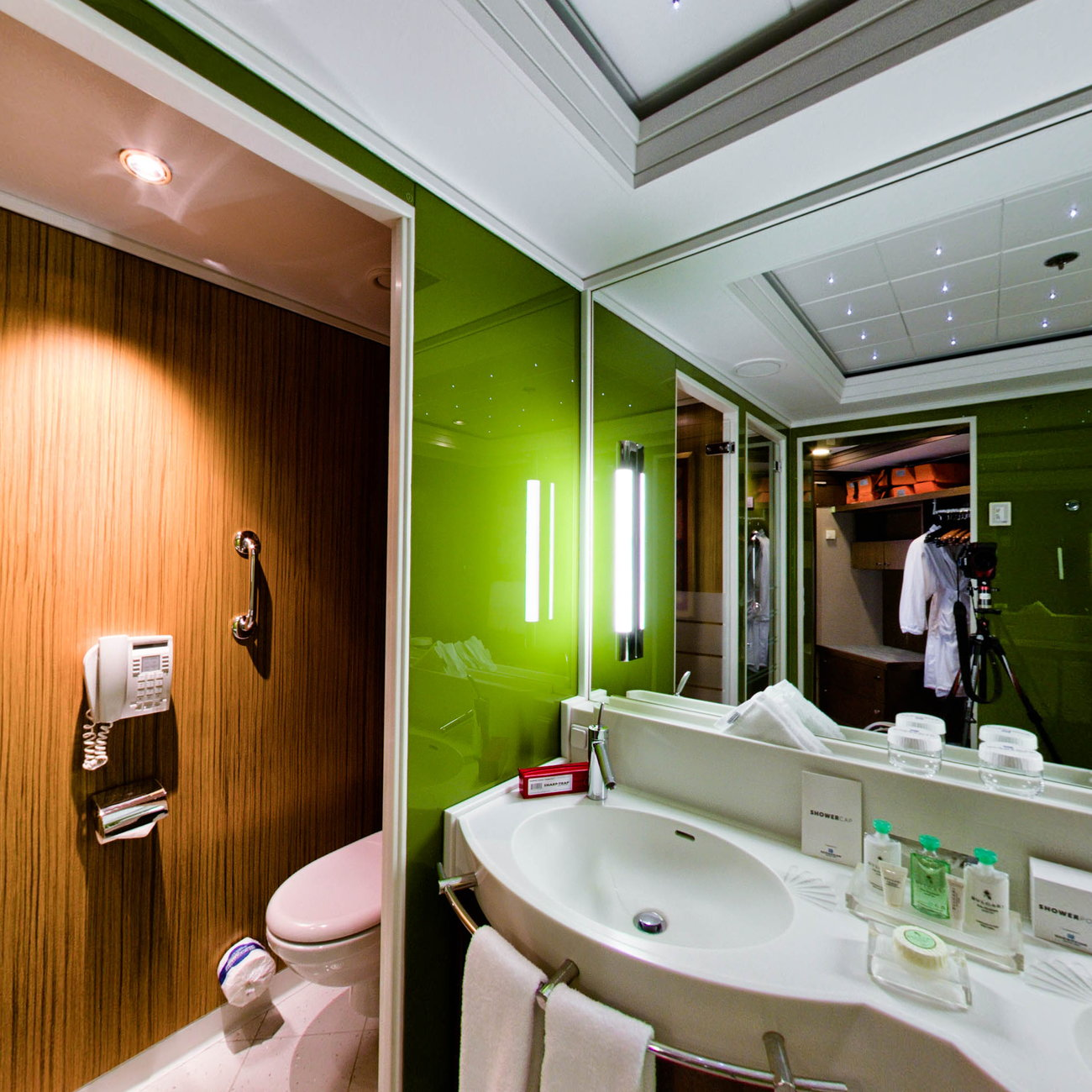 Panorama of The Haven Deluxe Owner's Suite on Norwegian Pearl