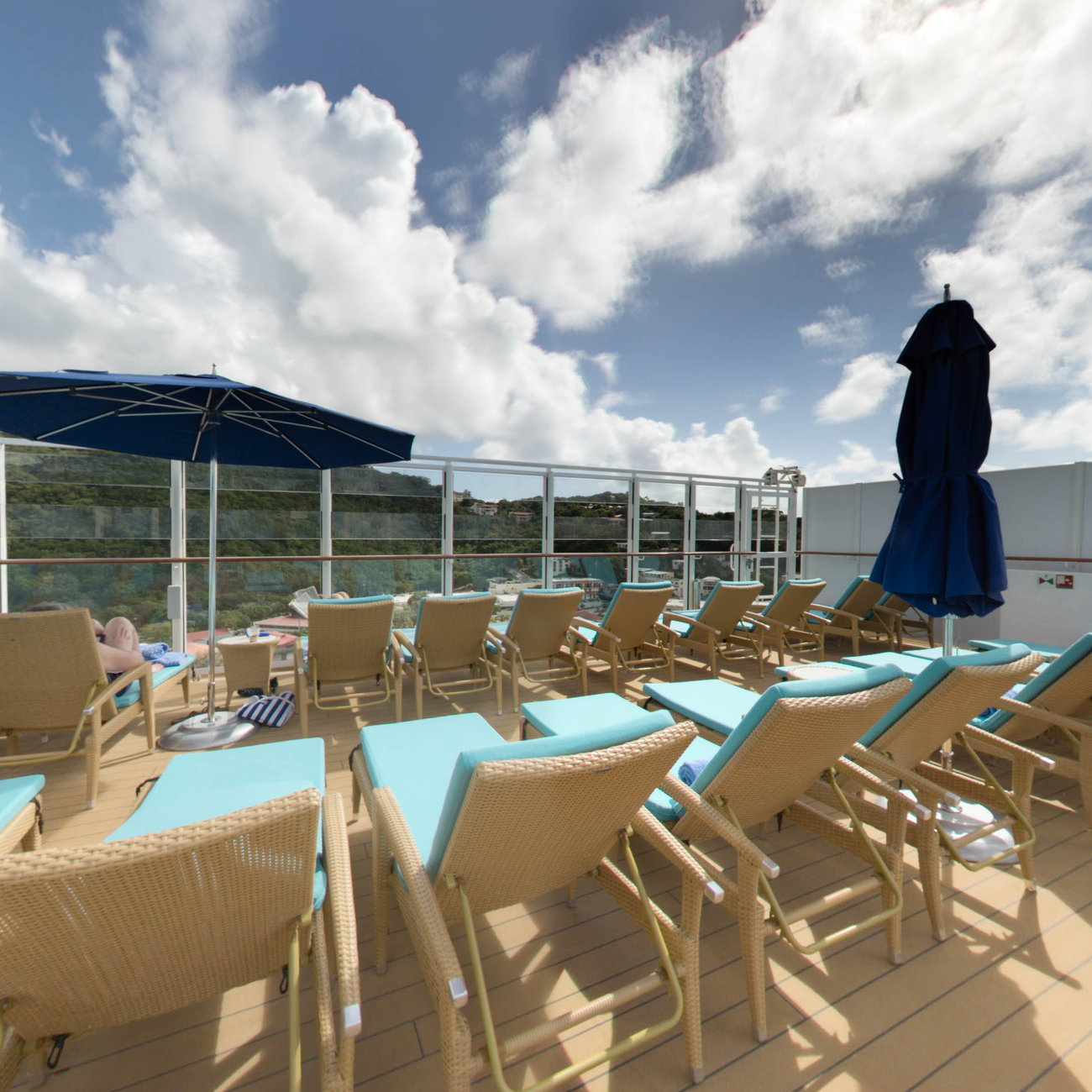 Panorama of The Vibe Beach Club on Norwegian Escape